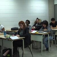 Jessica Bourdage parmi d'autres étudiants dans une classe de l'UQAM.