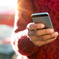 Une main tient un téléphone intelligent.