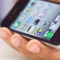 Un iPhone dans la main d'un homme.