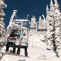 Un telesiège à la station de ski Big White en Colombie-Britannique