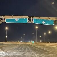 Des panneaux de signalisations près de Regina ont été pliés par les forts vents lors de la tempête hivernales du 14 janvier 2021.