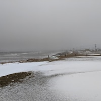 Des vagues se fracassent sur la côte des Îles lors de la tempête du 29 mars 2021.