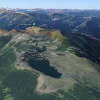 Vue aérienne de Tent Mountain, une chaîne de montagnes minée avec un lac au sommet.