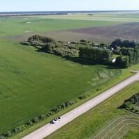 Une vue aérienne de la parcelle mise en vente et formée par quatre terrains familiaux.