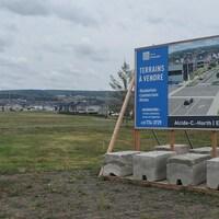 Un affiche de terrains à vendre à Rimouski.