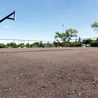 Un terrain de basketball.