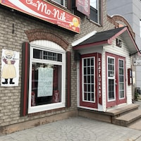 Façade du restaurant avec une affiche dans la fenêtre sur laquelle on peut lire que le restaurant réouvrira ses portes le lundi 31 mai 2021.