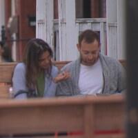 Un couple regarde un menu dans le Vieux-Hull et des clients sont attablés sur les terrasses des restaurants de la rue Laval.