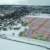 Le projet retenu pour la gare prévoit l'aménagement de vastes terrains de stationnement et d'un quai d'embarquement au milieu d'une zone agricole protégée.