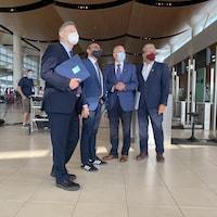 Terry Duguid, Omar Alghabra, Barry Rempel et Dan Vandal, à l'aéroport de Winipeg.