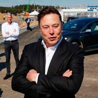 Le dirigeant de Tesla, Elon Musk, en Allemagne en 2020 devant une voiture.