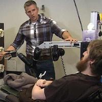 Le chercheur Rob Gaunt prépare Nathan Copeland pour un test sensoriel d'interface cerveau-ordinateur.