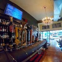Un bar avec une grande sélection de bières.