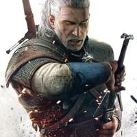 Geralt de Rive, le personnage principal du jeu The Witcher 3, sort son épée. C'est un homme musclé aux cheveux blancs longs.