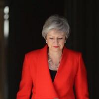 La première ministre du Royaume-Uni Theresa May franchit la porte de sa résidence officielle à Londres.