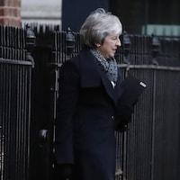 Theresa May marche dans la rue.