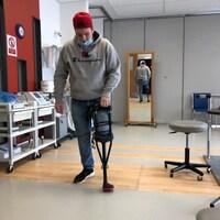 Amputé, Thierry Turbide s'habitue à se tenir debout sur sa jambe droite et une prothèse.