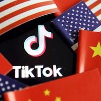 Le logo de TikTok entouré des drapeaux chinois et américains.