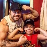 Tim Hague pose fièrement avec son fils de neuf ans.