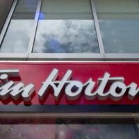 La bannière d'un café Tim Hortons.
