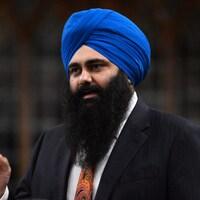 L'ancien ministre Tim Uppal qui porte une barbe et un turban répond à une question avec le doigt levé lors de la période des questions à la Chambre des communes le 18 avril 2013.