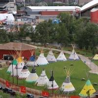 26 tipis sont installés sur le site du « village indien » de Stampede, à Calgary, qui est désormais renommé le « camp d'Elbow River ».