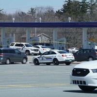Cinq voitures de police cernent la station-service.