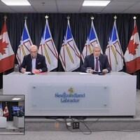 Le premier ministre Dwight Ball est assis aux côté du ministre de la Santé John Haggie et de la médecin-hygiéniste en chef de la province, Dre. Janice Fitzgerald