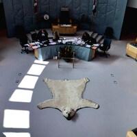 Une peau d'ours polaire décore l'Assemblée législative des T.N.-O.