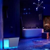 Une salle de bain futuriste avec des néons bleus.