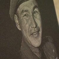 Une plaque en hommage au vétéran Tommy Prince, l'un des soldats autochtones les plus décorés au Canada.