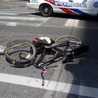 Photo d'un vélo à la roue avant déformée