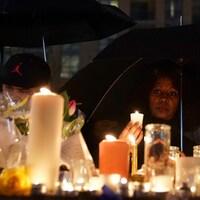 Des bougies regroupées sur la rue Yonge, le théâtre d'une attaque meurtrière.