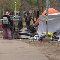 Un campement de sans-abri fait de tentes.