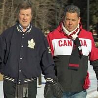 Deux hommes marchent vers la caméra