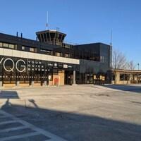 Façade avant de l'aéroport de Windsor avec vue de la tour de contrôle.
