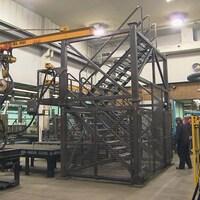 Une partie de la tour qui doit servir à l'entraînement des pompiers. Il s'agit en fait d'une cage d'escalier entouré de grillage en partie.