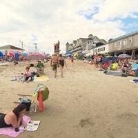 Des touristes sur une plage.