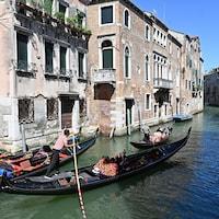 Des gondoles sur un canal à Venise.