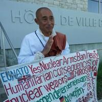 Le moine bouddhiste japonais Toyoshige Sekiguchi devant l'hôtel de ville de La Malbaie.