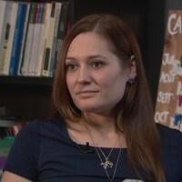 Amélie Lemieux en entrevue devant une bibliothèque