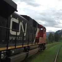 Une locomotive d'un train du CN avance sur des rails dans les Rocheuses.