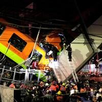 Des échelles sont déployées et des secouristes tentent d'accéder aux wagons.