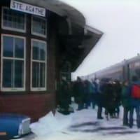 Voyageurs qui sortent sur le quai du train du Nord à la gare de Sainte-Agathe-des-Monts