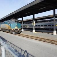 Un train de VIA Rail Canada entre à la gare.