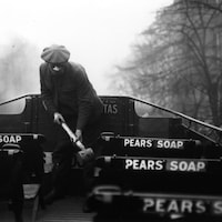 Un homme masqué pulvérise du désinfectant dans un autocar.