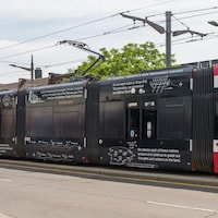 Des dessins illustrant des symboles autochtones sont peints sur un tramway.