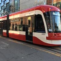 Photo d'un tramway rouge et blanc dans la rue