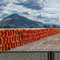 Des tubes en acier utilisés pour la construction d'un oléoduc dans le cadre du projet d'expansion de Trans Mountain.