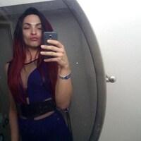 Alloura Wells se prend en photo avec son téléphone devant un miroir.